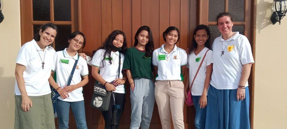 grupo de jovenes de Filipinas que han compartido la vida con las misioneras
